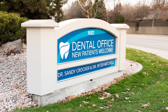 A dental office sign in Kelowna, BC